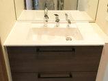 洗面リフォーム落ち着いた木目調のカラーがシックな洗面と浴室