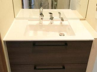 洗面リフォーム 落ち着いた木目調のカラーがシックな洗面と浴室
