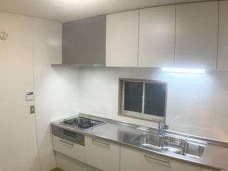 キッチンリフォーム 清潔感あふれる掃除がしやすいシステムキッチン