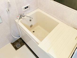 バスルームリフォーム バランス釜からホールインワン浴槽へ交換し、ゆったり入れるようになったお風呂