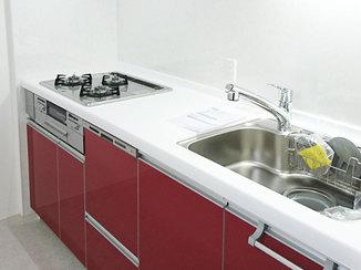 マンションリフォーム 赤いキッチンがアクセントの、モダンにまとめたマンションリフォーム