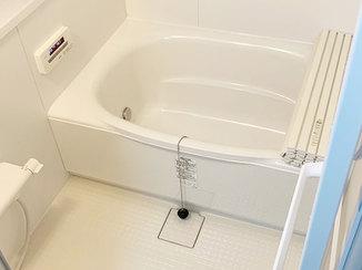 バスルームリフォーム 素足で踏んでもヒヤッとしない暖かな浴室と、スッキリと清潔感のある洗面所