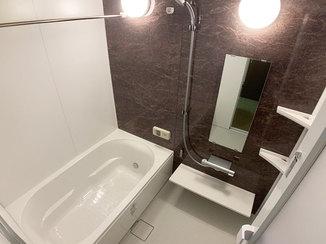 バスルームリフォーム 人造大理石でできた浴槽と壁のラグジュアリーな浴室