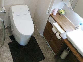 トイレリフォーム 車いすのお客様にも配慮した、清掃性が高い店舗トイレ