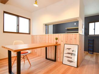戸建フルリフォーム お部屋ごとに色が違うアクセントクロスや自然素材の腰壁がおしゃれな戸建リノベーション