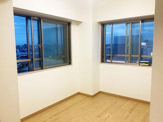 内装リフォーム 室内が広く見える工夫をした内装と、白で統一した清潔感のあるトイレ