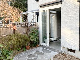 エクステリアリフォーム 家の外観になじむ、掃除のしやすいこだわりの玄関