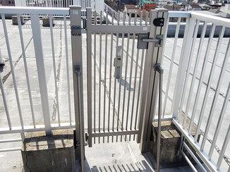 エクステリアリフォーム 屋上のフェンスを一部カットして設置した開き戸