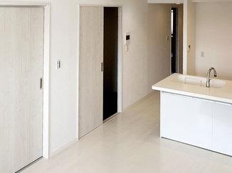 マンションリフォーム 白を中心にまとめ、開放的な空間に一新したマンション