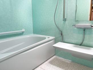 バスルームリフォーム グリーンのパネルで癒される、快適なバスルーム