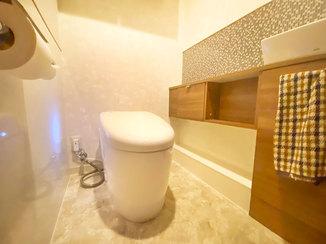 トイレリフォーム 収納が充実したナチュラルテイストのトイレ